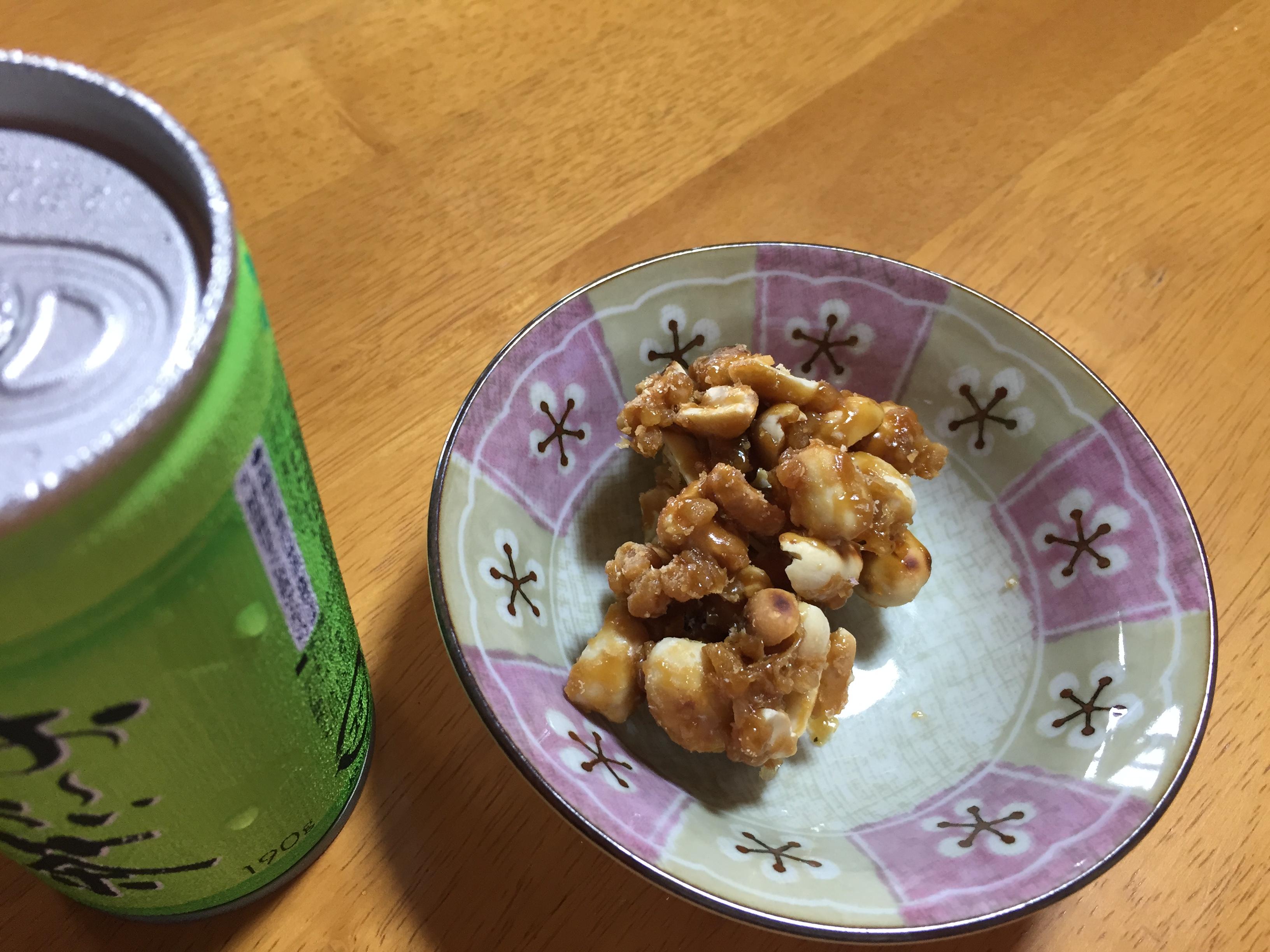 訪問先でいただいたお茶やおやつ。サタマメ(黒糖ビーナッツ)は自家栽培の落花生ときび砂糖で作りたて、甘い香りが口の中に広がって美味しいです。