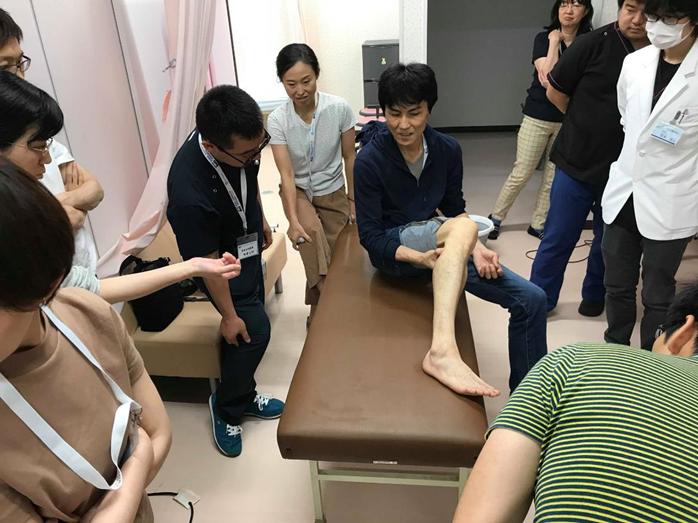 一宮先生自ら患者さん役となって行った下腿のギプス固定